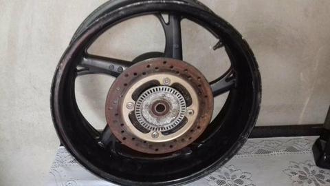 Vendo uma roda traseira de moto freio a disco na rota